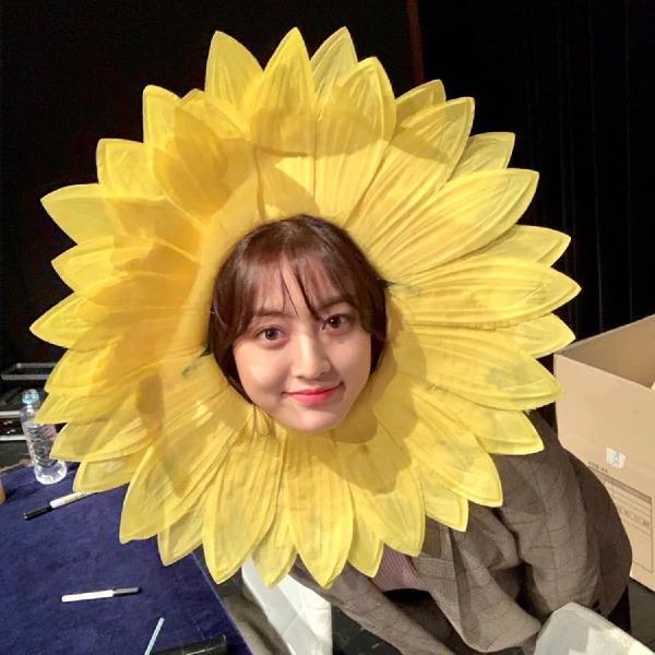 Trưởng nhóm Ji Hyo khoe mặt tròn cute với tạo hình hoa hướng dương cưng muốn xỉu.