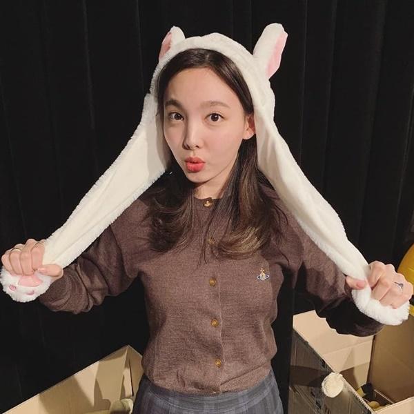 Na Yeon hóa cô thỏ dễ thương với chiếc mũ tai giật - món phụ kiện đang làm mưa làm gió trong giới idol.
