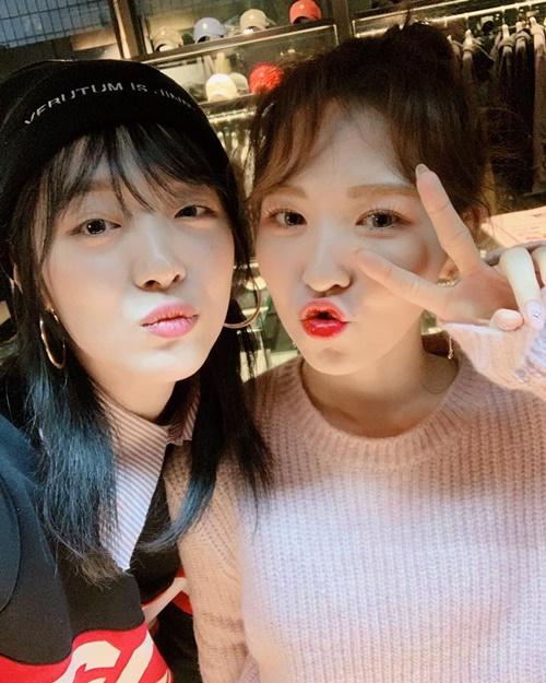 Wendy (Red Velvet) trẻ trung và tươi tắn hơn Sulli dù cả hai bằng tuổi.