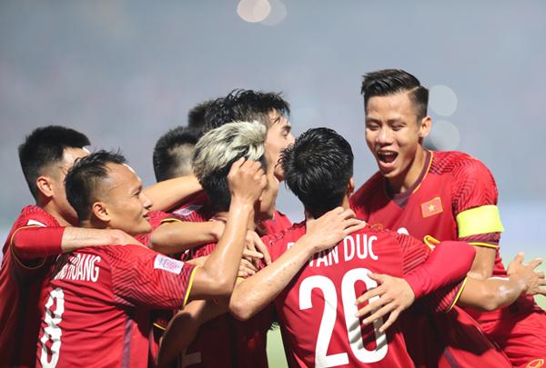 Người hâm mộ mua vé cổ vũ tuyển Việt Nam trên sân Mỹ Đình trong trận lượt về 6/12 trực tuyến. Ảnh: Đức Đồng