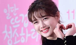 Kim Yoo Jung bị 'dìm' chiều cao, trở thành 'nữ phụ' trong họp báo phim