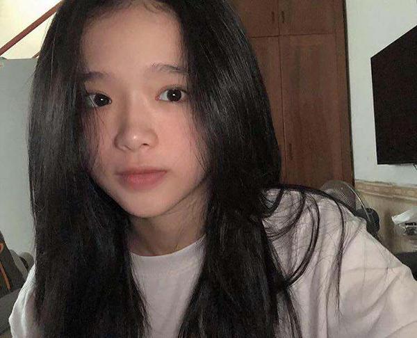 Gần đây, hot girl sinh năm 2002 gây bất ngờ khi lần đầu tiết lộ gương mặt mộc. Tẩy sạch lớp trang điểm đậm, Linh Ka lấy lại vẻ ngây thơ đúng tuổi. Nhiều bình luận khen ngợi cô nàng khi không makeup đã có làn da đẹp và đường nét đáng yêu, trẻ trung khác hẳn so với khi trang điểm kỹ càng.
