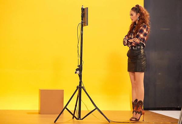 Bộ cánh của Minh Hằng tuy gây ấn tượng về thị giác nhưng lại chưa có tác dụng tôn chiều cao, vóc dáng cho cô nàng. Trang phục nhiều chi tiết cùng đôi sandals có thiết kế khá nặng nề khiến đôi chân của nữ ca sĩ vốn đã không dài trông càng thêm ngắn lại.