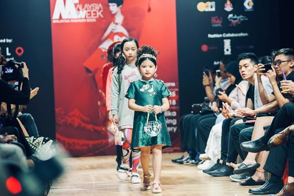 Á hậu nhí 6 tuổi gốc Việt tỏa sáng ở Tuần lễ thời trang Malaysia - 1