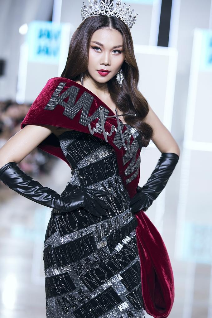<p> Thanh Hằng trình diễn quyền lực như một nữ hoàng trên sàn catwalk.</p>