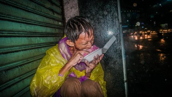 Khoảnh khắc người đàn ông vô gia cư co ro trong mưa gió lớn ở Sài Gòn gây xúc động.