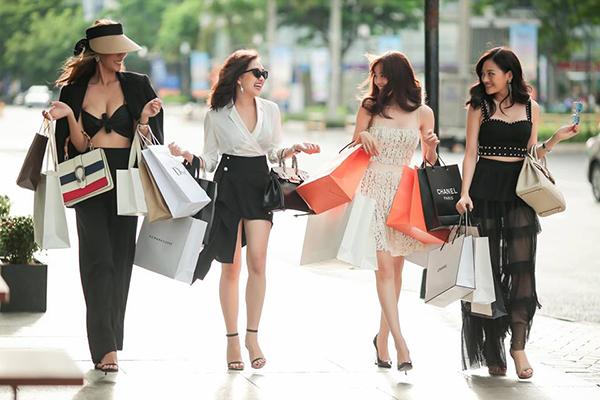Hội chị em sang chảnh của Lan Ngọc rủ nhau tay xách nách mang sau khi đi shopping.