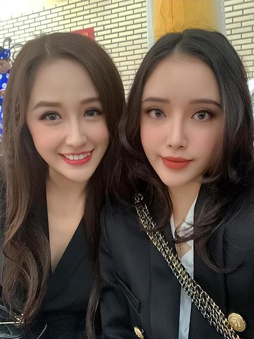 Hai chị em Mai Phương Thúy cách biệt tuổi tác nhưng trông chẳng khác gì sinh đôi khi cùng để một kiểu tóc, trang điểm chung phong cách.