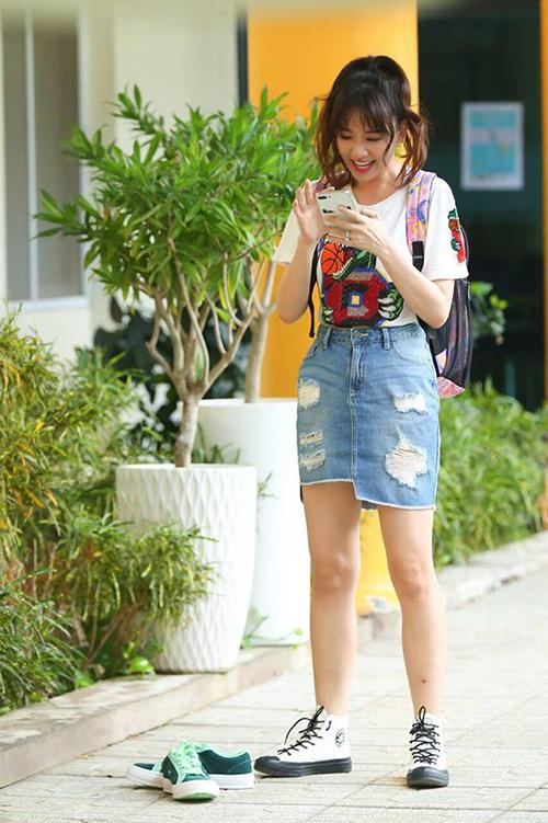 Hari Won mặc đồ nhí nhảnh như teen girl dù năm nay đã 33 tuổi.