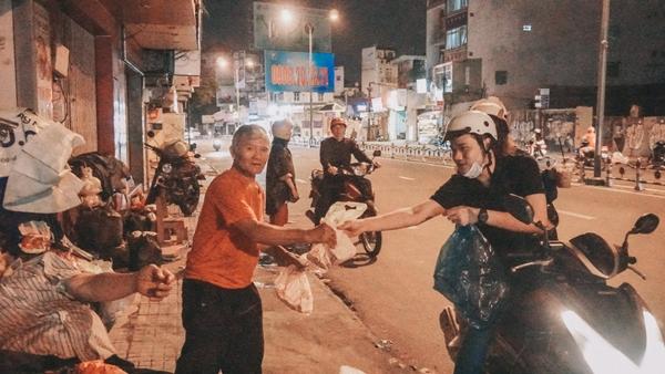 Nhóm bạn trẻ Sài Gòn xuyên đêm tặng quà cho người vô gia cư