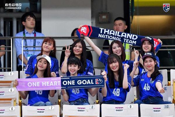 Báo châu Á ngỡ ngàng trước vẻ đẹp của fan girl Việt Nam - 3
