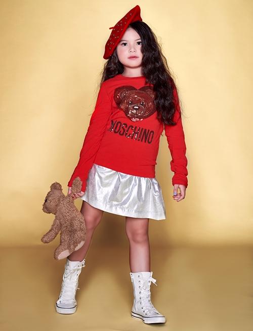 Bé từng đoạt cúp vàng và huy chương vàng tài năng ca hát (Olympia Golden Laurel) với ca khúc How Far Ill go.