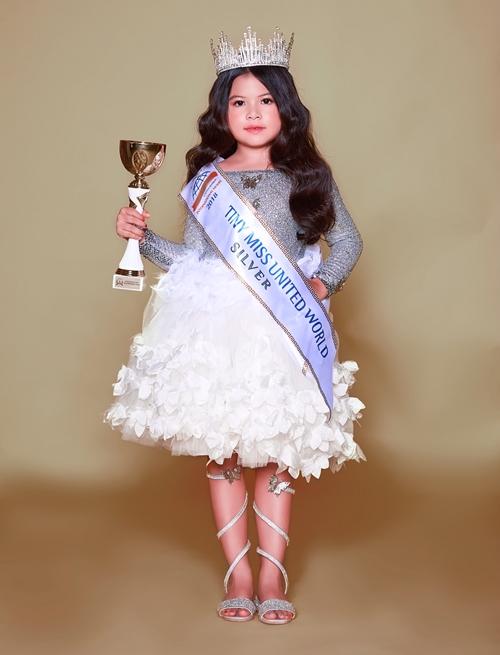 Kathy Tan Her Lin, 6 tuổi, được biết đến là gương mặt đại diện Việt Nam, đoạt giải Á hậu 2 Hoa hậu Nhí Thế giới 2018 (Tiny Miss World 2018 Silver - Little Miss Mister World 2018) hồi tháng 9/2018.