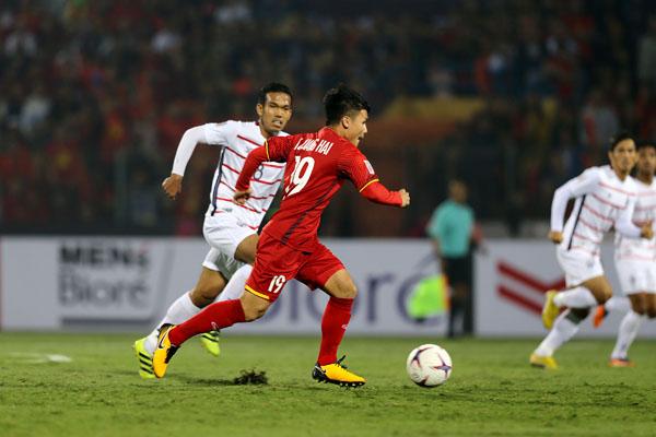 Nguyễn Quang Hải ghi bàn thắng nâng tỷ số lên 2-0 ngay sau khi Tiến Linh ghi bàn thắng mở màn chỉ vài phút trong trận Việt Nam - Campuchia.