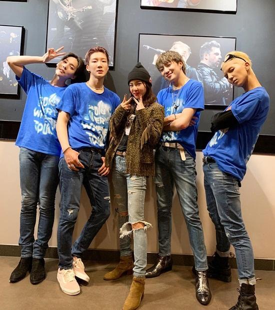 Dara nhiệt tình đến cổ vũ đàn em Winner tại concert ở Hong Kong.