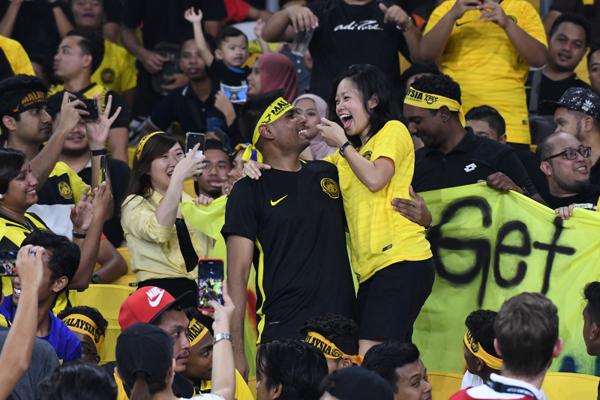 Cặp đôi Roshan và Shinna - cầu thủ thứ 12của Malaysia đã có màn cầu hôn ấn tượng trên khán đài.