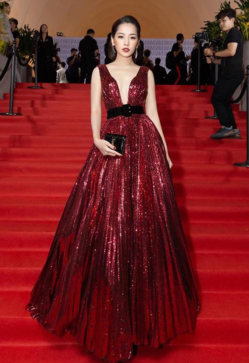 Tham dự show diễn của NTK Chung Thanh Phong, Chi Pu hóa nữ hoàng thảm đỏ với chiếc váy xẻ cổ sâu táo bạo, tông màu đỏ rực rỡ đậm chất Giáng sinh.