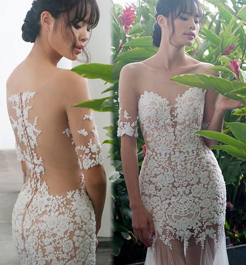 Bộ váy người mẫu Thu Hiền đang mặc cũng sử dụng chất liệu vải xuyên thấu rất tinh tế nên dù là váy kín cổ tay lửng mà khi nhìn từ xa trông chẳng khác gì một chiếc váy quây.