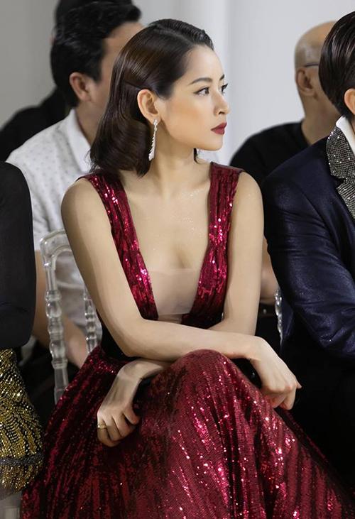 Chỉ khi ngồi, người đẹp mới lộ vòng một lấp ló vẫn không kém phần gợi cảm.