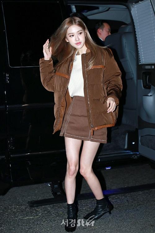 Tối 27/11, Rosé xuất hiện tại một sự kiện khai trương cửa hàngthời trang tại Seoul. Đây là lần lộ diện sau một thời gian im ắng của nữ thần tượng nên rất được fan mong chờ.