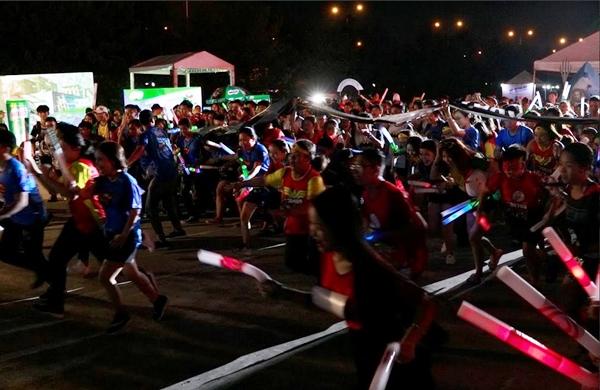 19h tối, đường đua ánh sáng bắt đầu sau tiếng còi khai cuộc. Ai ai cũng háo hức để hoàn thành đường chạy 3km hoặc 5km đã đăng ký từ trước.
