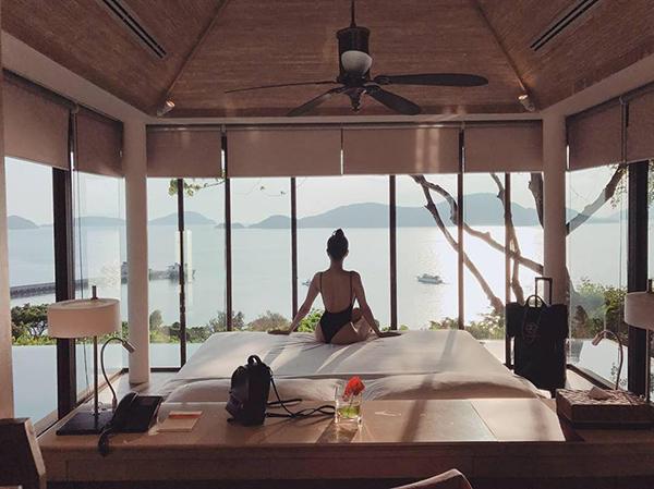 Ngọc Trinh mặc đồ gợi cảm ngắm biển Phuket từ phòng resort sang chảnh.
