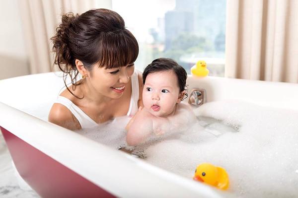 Hà Anh khoe khoảnh khắc đáng yêu khi tắm cho con gái cưng.