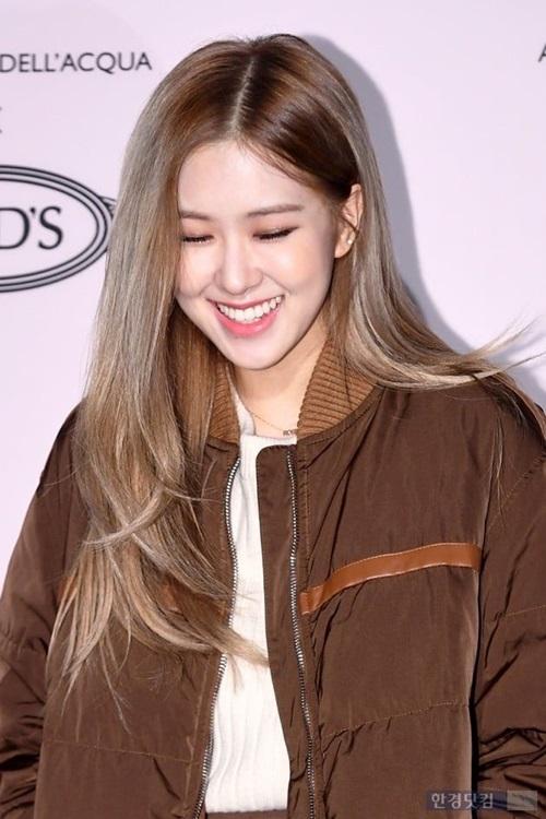 Nụ cười tươi của Rosé khiến fan mê mẩn. Ai cũng công nhận rằng mỹ nhân YG có ngoại hình đúng kiểu cô bạn nhà bên, vừa xinh xắn đáng yêu vừa thân thiện gần gũi.
