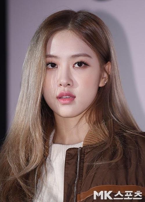 Cận cảnh gương mặt xinh xắn của Rosé. Người đẹp sinh năm 1997 nhận nhiều lờikhen ngợi về làn da trắng mịn và vẻ đẹp cá tính.