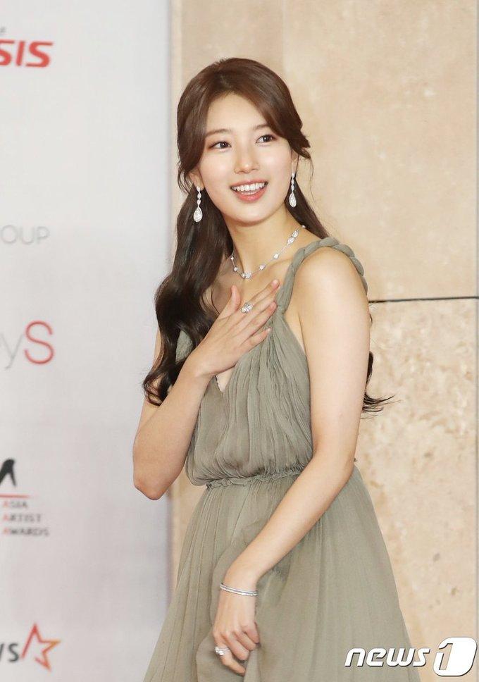<p> Sự kết hợp phụ kiện trang sức cho bộ váy cũng là điểm nhấn khiến diện mạo Suzy lung linh hơn.</p>