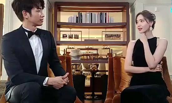 Yoon Ah nói tiếng Trung thành thạo, có thể giao tiếp dễ dàng với Lưu Dĩ Hào. Sự kết hợp của hai diễn viên khiến các fan rần rần. Cặp đôi có sự ăn ý về ngoại hình và nhiều người hi vọng họ sẽ có màn kết hợp trong một tác phẩm trong tương lai.