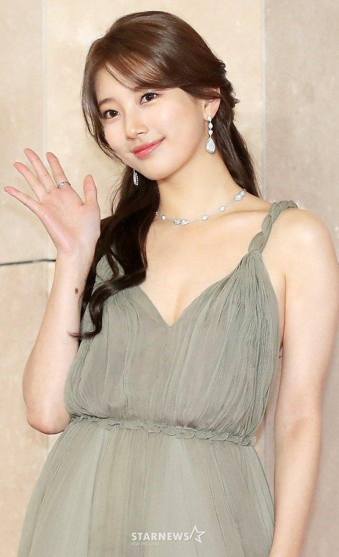 """<p> Bình luận về diện mạo của Suzy tại AAA 2018, netizen Hàn ưu ái dành những lời khen như """"hoàn hảo"""", """"thiên thần"""", """"công chúa xinh đẹp""""... Nhiều fan cũng cho rằng Suzy trông có sức sống hơn Yoon Ah nhờ body đầy đặn.</p>"""
