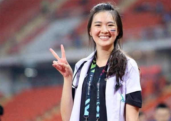 Trong trận đầu ra quân của Thái Lan tại AFF Cup 2018, sự xuất hiện của một nữ bác sĩ thu hút sự chú ý. Nhan sắc nổi bật của cô được trang Fox Sports Asia phỏng vấn ngay sau trận. Đó là Sirin Triwutpipatkul, 27 tuổi, đang là bác sĩ của tuyển Thái Lan.