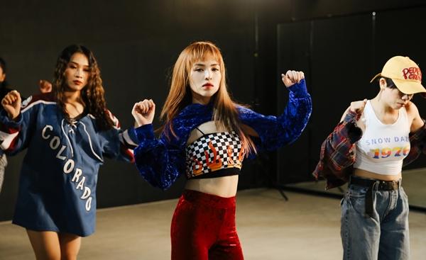 Rapper lai 4 dòng máu Chung Thương nhảy như máy ăn mừng MV triệu view