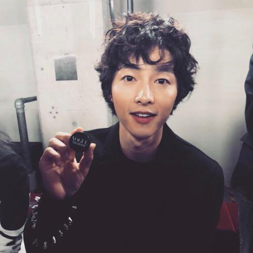 Trong khi Song Hye Kyo đang bận rộn trên phim trường Encounter cùng Park Bo Gum thì Song Joong Ki cũng sắp sửa tham giadự án cổ trang bom tấn Aseudal Chronicles cùng mỹ nhân Kim Ji Won. Phim dự kiến lên sóng nửa đầu 2019.