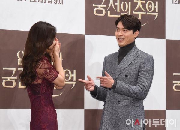 Park Shin Hye cho biết Hyun Bin thực sự là một trưởng nhóm tài năng  khi giúp đỡ, dẫn dắt các bạn diễn trong thời gian quay phim tại nước  ngoài. Chúng tôi trở nên gần gũi rất nhanh và tôi cũng rất biết ơn sự giúp đỡ của anh ấy, nữ diễn viên nói thêm.