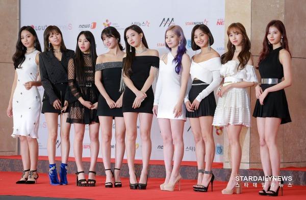 Twice xinh đẹp trong những bộ đầm lộng lẫy. Sự xuất hiện của 9 cô gái nhà JYP khiến các fan không ngừng hú hét.