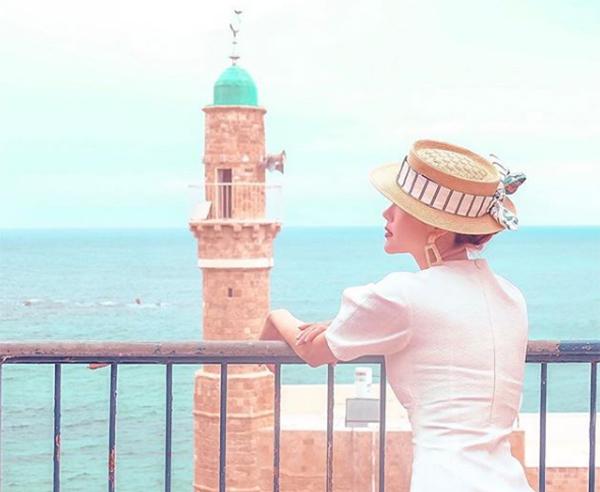 Minh Hằng được khen với bức ảnh đứng ngắm biển đẹp như tranh vẽ.