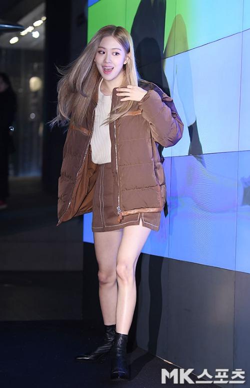 Nhờ khoảnh khắc lóng ngóng này mà Rosé xuất hiện trên gần 140 bài báo mạng tại Hàn sau sự kiện.