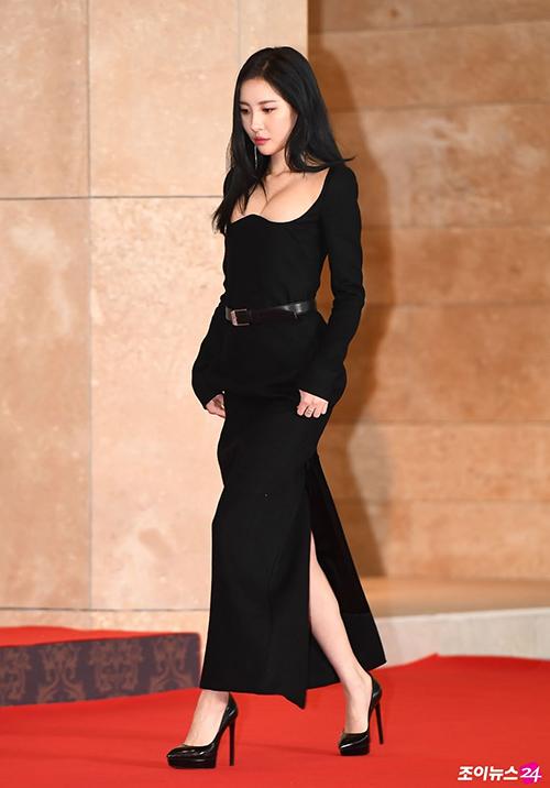 Sun Mi là một trong những nhân vật gây chú ý nhất thảm đỏ lễ trao giải AAA 2018 nhờ chiếc váy siêu gợi cảm. Thiết kế đặc biệt với phần ngực bó sát cơ thể, cóđộ nâng đỡ cao giúp vòng một của cô nàng thêm đầy đặn.