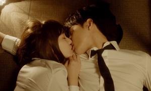 Những nụ hôn của idol nam khiến trái tim fan girl 'tan nát'