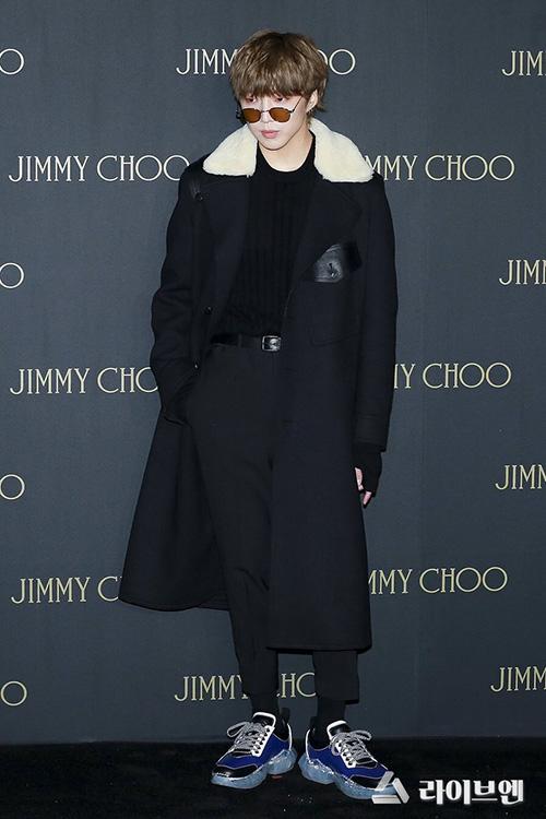 Các thành viên của Winner cũng xuất hiện ở sự kiện. Seung Yoon khoe đôi giày hàng hiệu, kính