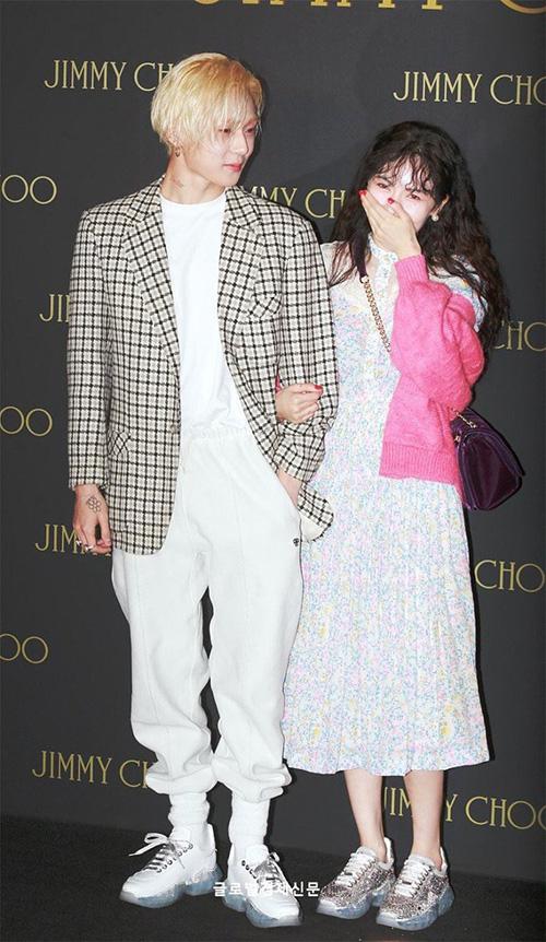 Nhiều người bất ngờ với vẻ e ấp, dính chặt lấy bạn trai của Hyun Ah suốt sự kiện. Cặp đôi cũng khiến fan phát cuồng ví quá đẹp đôi, ngọt ngào bên nhau.