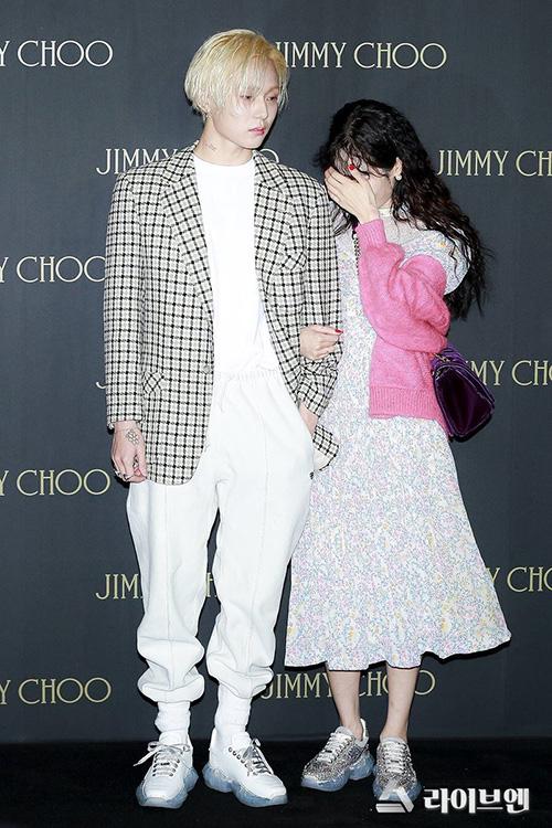 Khác với phong cách chị đại, sexy trên sân khấu, Hyun Ah bỗng trở nên nhút nhát, xấu hổ khi sánh đôi cùng bạn trai. Cô nàng liên tục che mặt khi đối diện với các phóng viên.