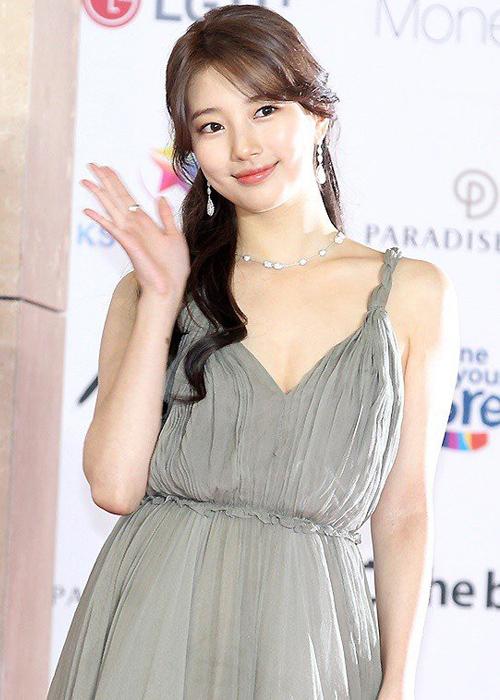Tham dự sự kiện Asia Artist Awards 2018 (AAA 2018), Suzy chọn diện mẫu váy dài thướt tha với thiết kế 2 dây, cổ chữ V gợi cảm.