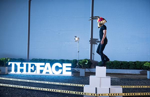 Ngay từ thử thách catwalk đầu tiên, The Face đã chơi khó các thí sinh với yêu cầu vừa đeo mặt nạ che kín đôi mắt, vừa catwalk trên địa hình gập ghềnh sỏi đá, bước lên xuống các bậc thang nhưng không được phép nhìn xuống.