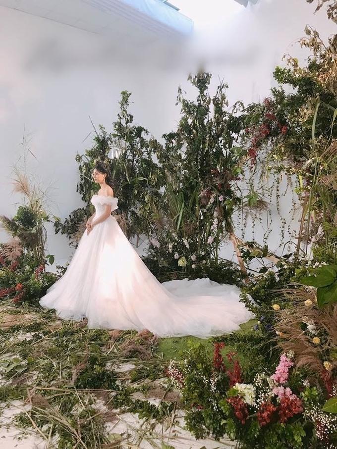 <p> Trong ngày trọng đại, Thanh Tú sẽ diện tất cả ba mẫu váy cưới. Trong hình là mẫu váy cưới cô sẽ diện để bước vào lễ đường cùng chồng. Bộ đầm cưới trễ nải, phom dáng bồng xòe được đính kết hơn 10 nghìn viên ngọc trai, pha lê dọc thân váy.</p> <p> </p>