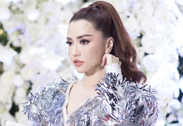 Bích Phương tham dự sự kiện và hát tặng Bao giờ lấy chồng, Bùa yêu...