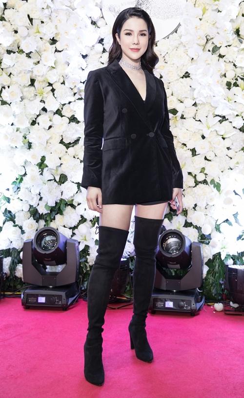 Tối 29/11 Diệp Lâm Anh tổ chức sự kiện mừng sinh nhật một năm thương hiệu kinh doanh. Dù mới sinh con đầu lòng được một tháng nhưng nữ ca sĩ - diễn viên đã nhanh chóng quay trở lại với công việc. Cô được khen ngợi ngày càng đẹp mặn mà với trang phục vest kín đáo, đi boot cao cổ.