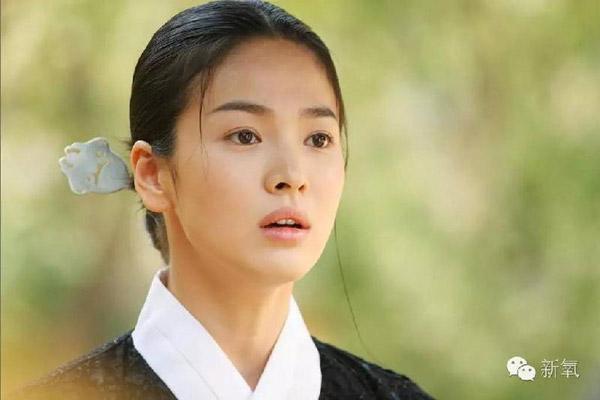 Song Hye Kyo cũng chia sẻ, Hwang Jin Yi là vai diễn cô thích nhất trong suốt cả sự nghiệp của mình. Vì nhờ bộ phim này, cô được trở thành một người phụ nữ đúng nghĩa, đúng tuổi và có những thử thách về mặt diễn xuất.
